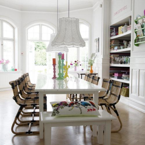 trästolar vitt matbord matrum hemma hos charlotte odense